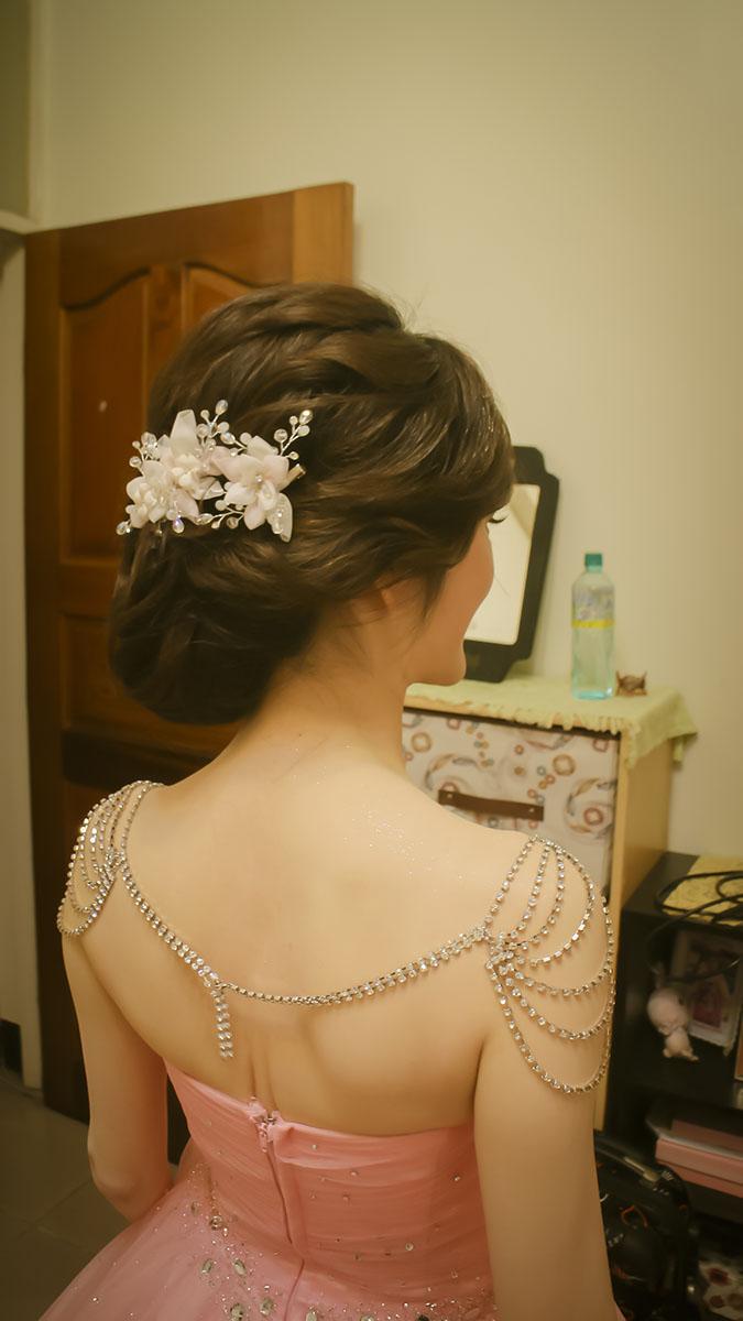莉唯新娘 是一位氣質很好的新娘  莉唯 家人也是造型師,  所以很有想法 只想把個人特色展現出來  不喜歡毛躁感,喜歡典雅的造型 因為是緊湊的定結同天  所以選擇了典雅韓風低髻髮型